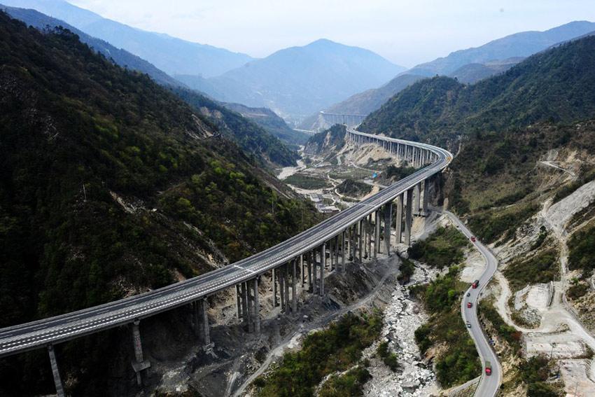 雅安地震中的道路脊梁:雅西高速公路