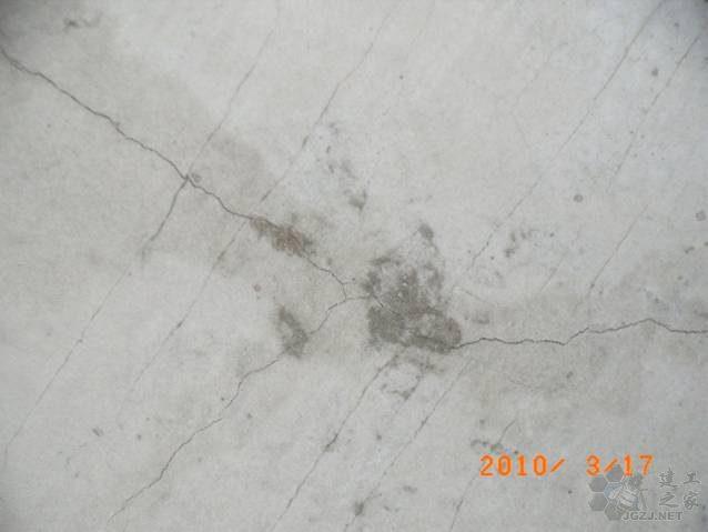 部分楼板开裂.jpg
