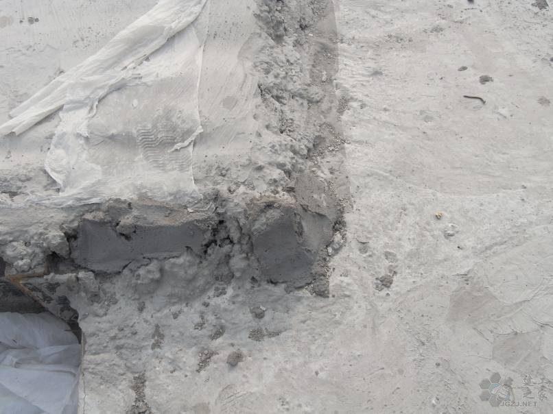 高低差处现浇板成型质量差,混凝土不密实.jpg