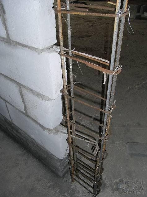构造柱箍筋弯钩不足135°.jpg