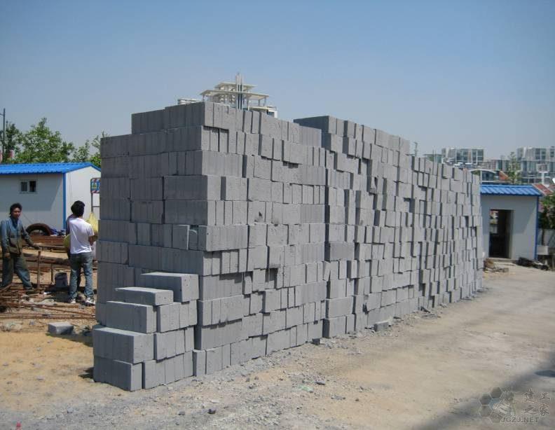 混凝土砌块堆放未架空,无防潮、防雨淋措施.jpg