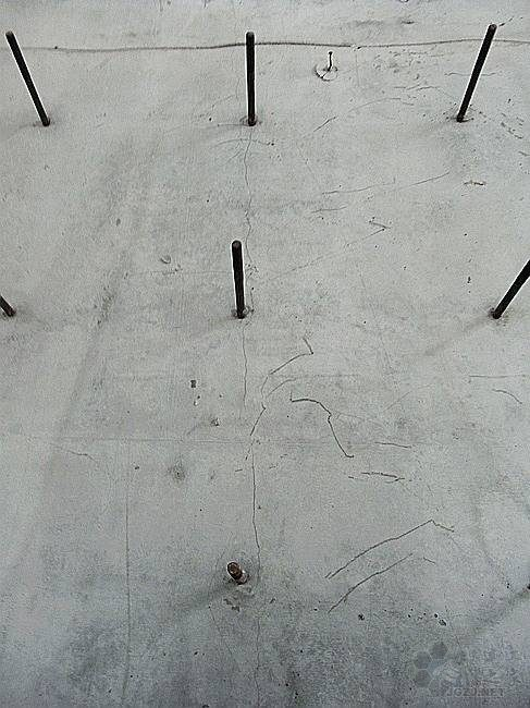 剪力墙存在较多竖向裂缝.jpg