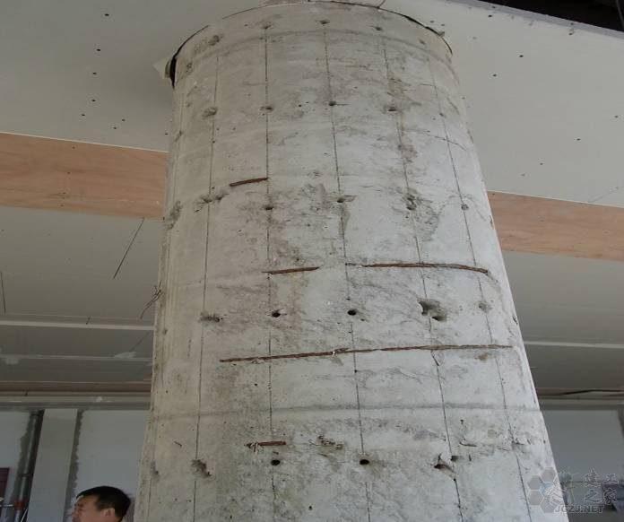 框架圆柱表面多处露筋 砼保护层破损、局部砼不密实.jpg