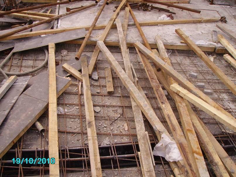楼板钢筋保护措施不到位,钢筋破坏.jpg