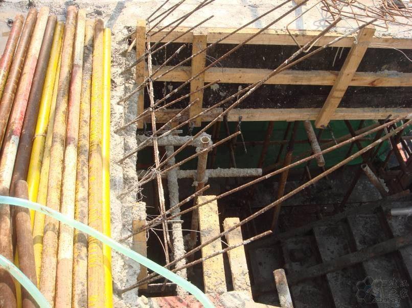 楼梯板施工缝设置位置错误 上下层钢筋位移严重.jpg