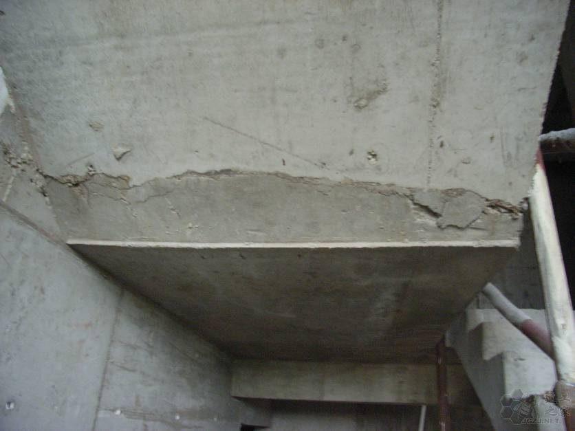 楼梯施工缝留设位置不当,砼不密实.jpg