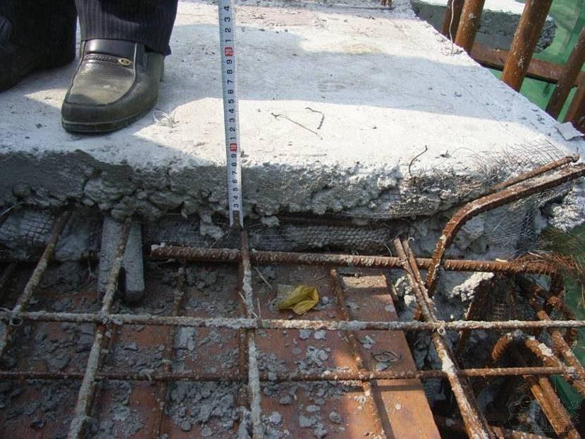 施工缝处板钢筋位移严重,钢筋保护层超大.jpg