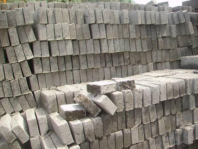 水泥砖强度不足,规格尺寸不符合要求(厚度约46mm).jpg