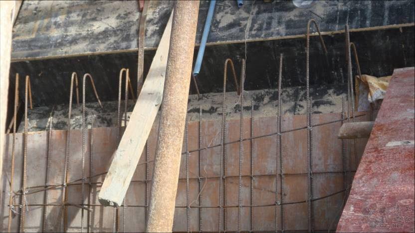 梯板下排钢筋伸入梯梁长度严重不足.jpg