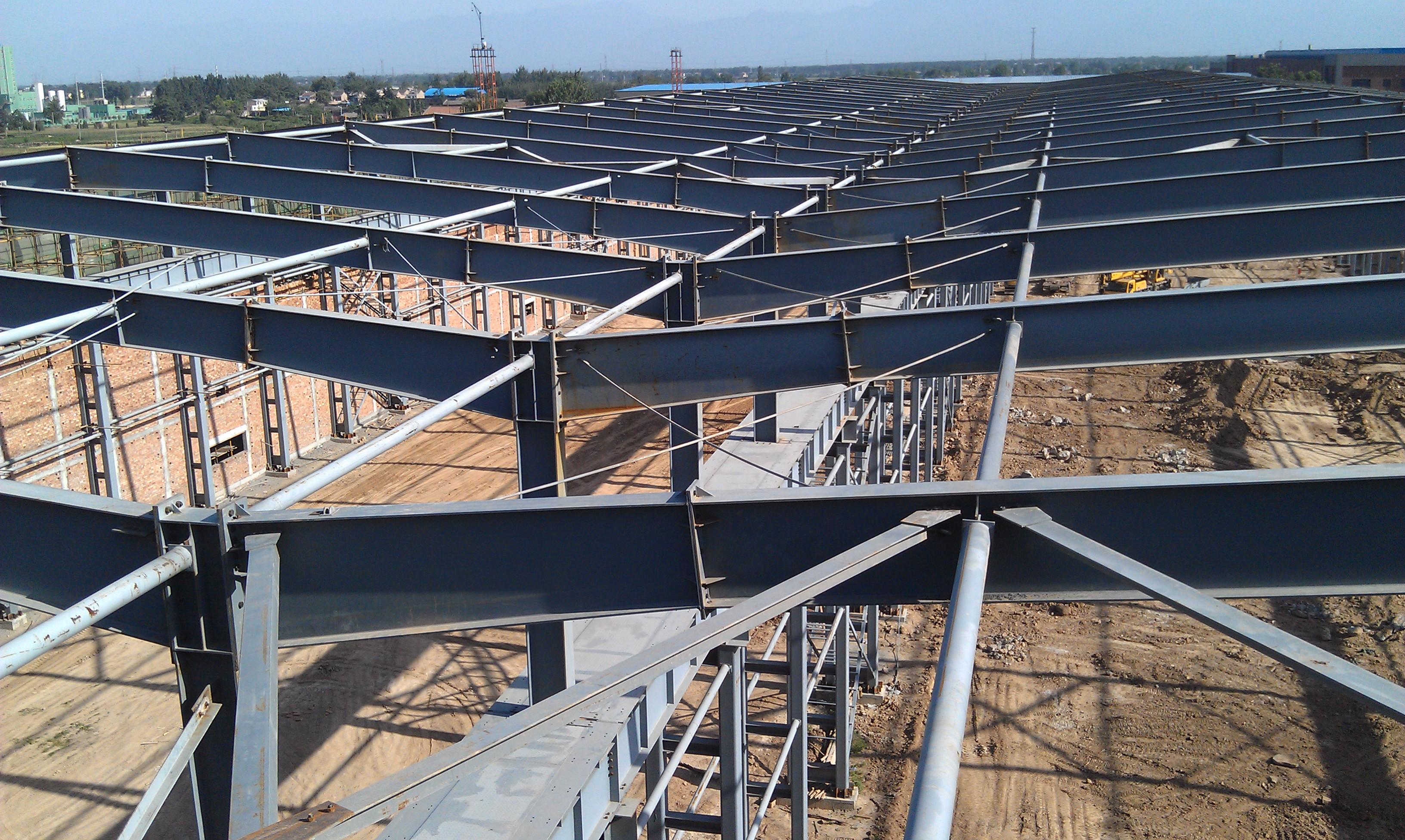 带辅助办公楼的钢结构厂房施工图片