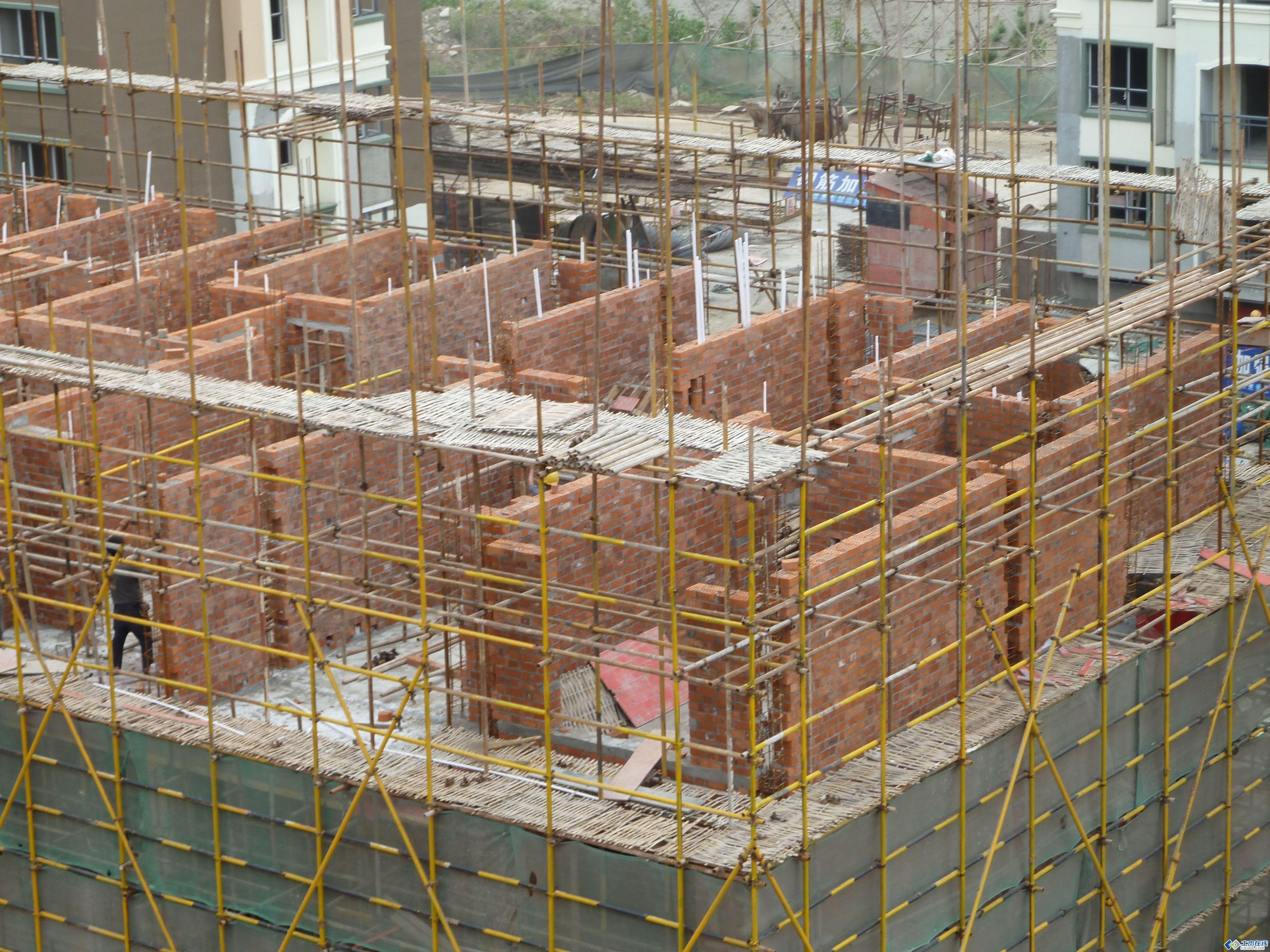 同一小区小高层是框架结构,多层是砖混结构,那个好答:多层是最适宜