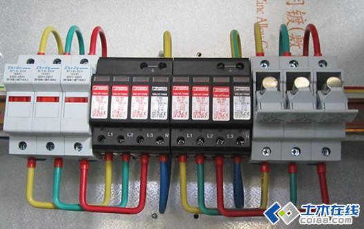 本帖主要针对:低压配电柜、箱、直流系统、中压配电柜接地工艺要求,进行了详细的讲解和分析,对相关行业人士,有很大的帮助~  保护接地----术语理解:将在故障情况下可能呈现危险的对地电压的设备外露可导电部分进行接地称为保护接地。电气设备上与带电部分相绝缘的金属外壳,通常因绝缘损坏或其他原因而导致意外带电,容易造成人身触电事故。为保障人身安全,避免或减小事故的危害性,电气工程中常采用保护接地。 工作接地----术语理解:在正常或故障情况下为了保证电气设备的可靠运行,而将电力系统中某一点接地称为工作接地。例