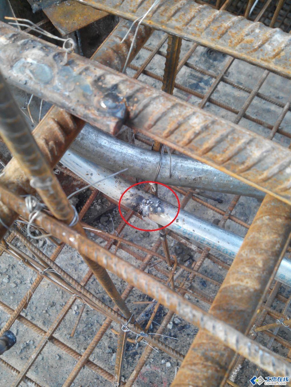 预埋的镀锌钢管局部被土建钢筋焊接磨损