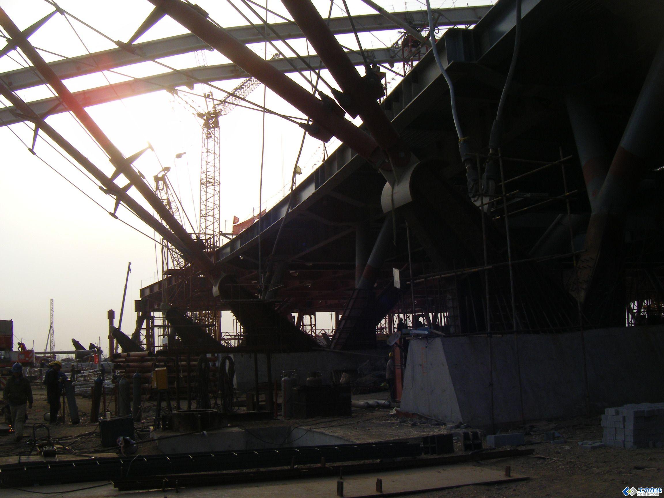 青岛北站的钢结构安装图片,那是相当相当的经典的工程,这个工程的图片我有十几个G,只是上传了一点点,包括整套施工图我都有,还包括整套的计算模型等,欢迎指教!!一定得顶,若顶到80层我就再上传施工图等!!!这个工程的图片还有好多好多没有上传噢噢噢噢 最近有些人私下跟我反映,说放在网上刷屏要刷很久才可以看,所以我为了更方便大家观看,下载等也不太方便,所以我为了方便大家观看,下载,我把图片全部放置在360云盘,请登录360云盘 由于图片实在太多,上传到土木网易论坛比较慢,图片我全部放在我的360云盘,需要的可以加