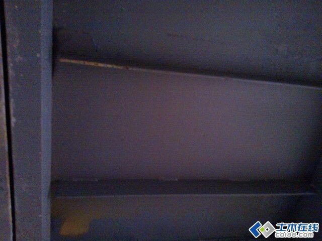 钢楼梯平台花纹钢板下加劲肋为什么要和周边梁脱开?