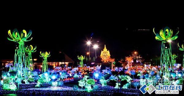 """粉涂层花饰,在夜晚熠熠生辉.以佛教神话命名的""""Anodard之湖""""是图片"""