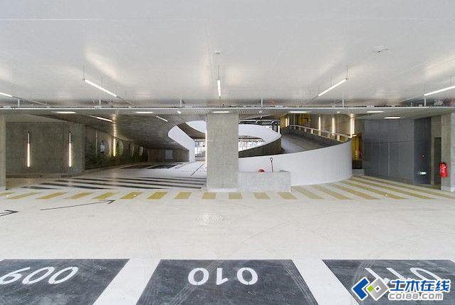 法国伊泽尔省开放式停车场设计