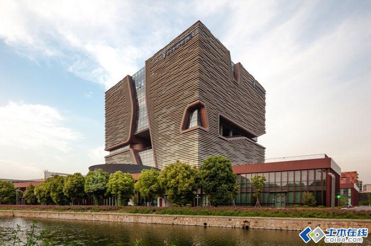 """西交利物浦大学行政信息大楼的设计理念将太湖石""""瘦,皱,漏,透""""的空间"""