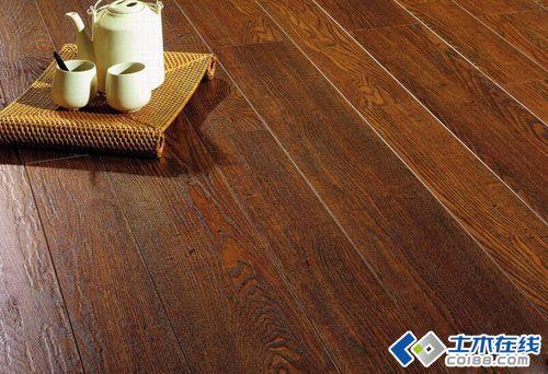 实木复合地板铺设完毕后,至少要养生24小时方可使用,否则将影响实木复合地板使用效果。一般实木复合地板耐水性差,不宜用湿布或水擦试,以免失去光泽。在以后的日常生活中,必须养护好实木复合地板,具体措施如下: 1、房间内湿度不宜过大,保持地板干燥、光洁、日常清洁使用拧干的棉拖把擦试即可;如遇顽固污渍,应使