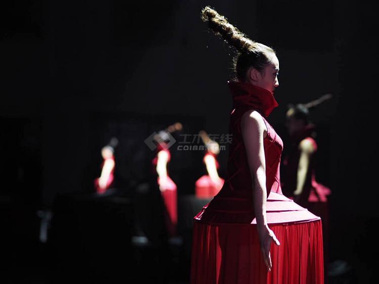 为舞蹈指导,原总政歌舞团首席演员周丽君亲自参与舞蹈.   将硬线条