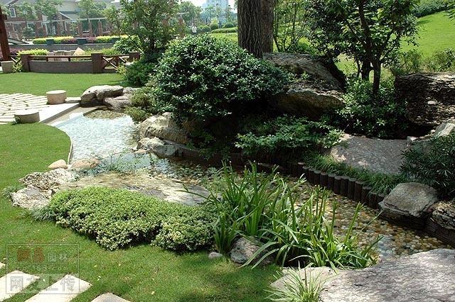 两岸植物种类繁多,有点像日式庭园