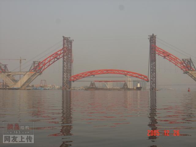 主跨428米中承式拱桥施工现场