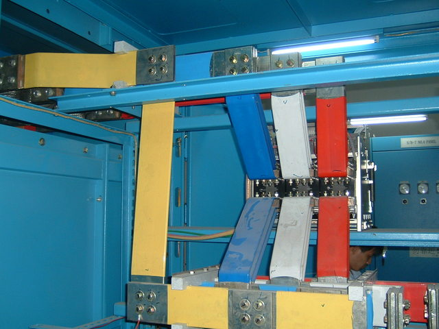 以下是引用xxxx-jjjj-hhhh在2007-04-02 10:10:34.0发表的内容: 是的我国的标准就是三相五线制各相颜色三相五线制中:A黄、B绿、C红、N蓝、PE黄绿 或是:L1黄、L2绿、L3红、N蓝、PE黄绿 中性线通常我们所称为零线的旧标准是黑色的。我接触过台湾产的机器,里面的橡皮电缆蓝色做为N(零线)、黄绿相间的线做为PE(保护线),但是把黑色、白色、红色作为相线。