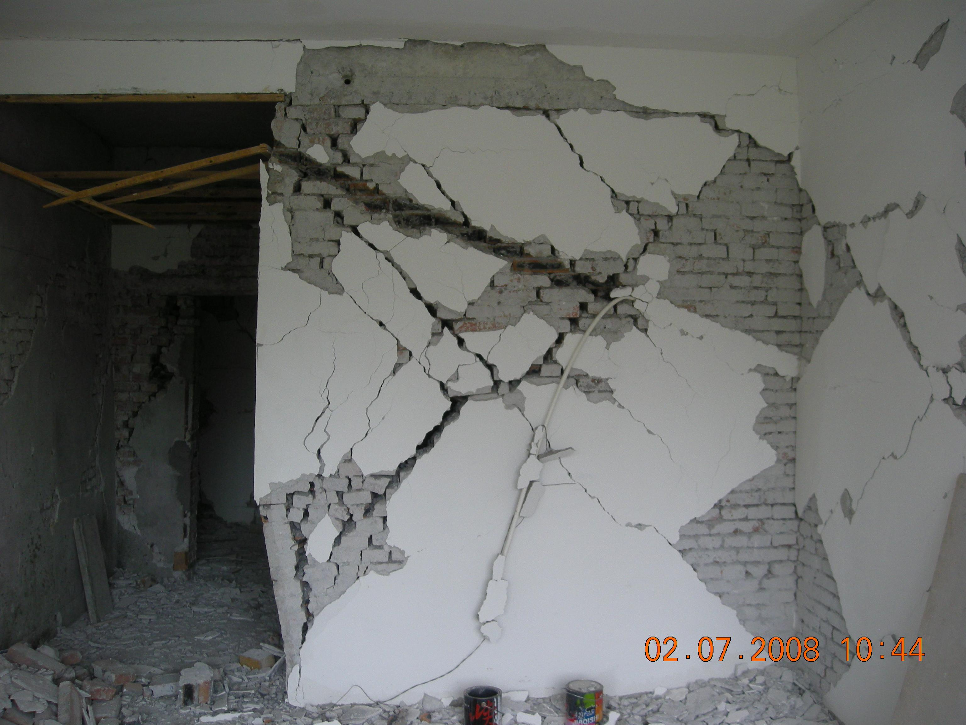 一砖混结构,局部框架,内部破坏情况.