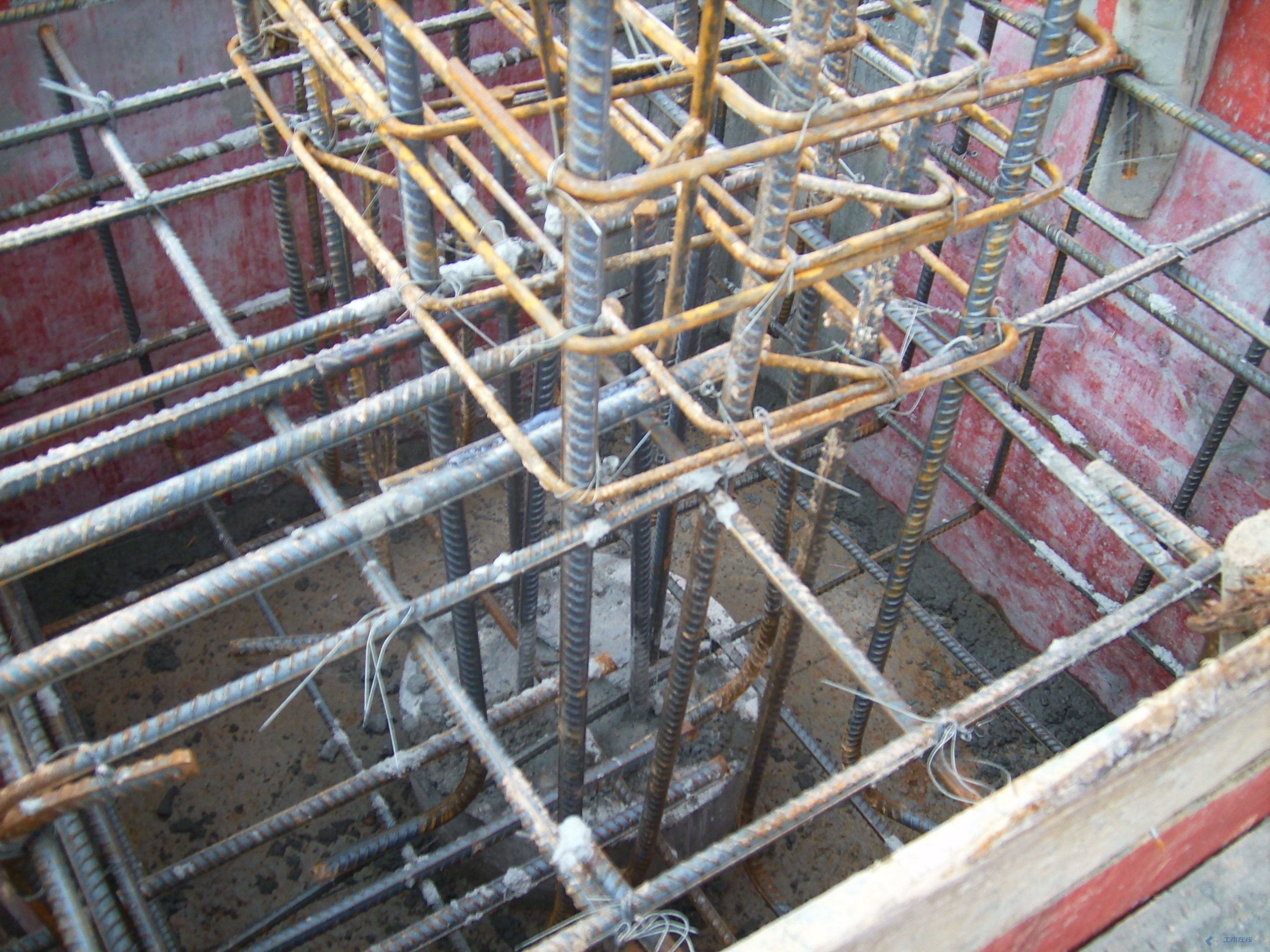 某钢结构厂房的柱座预埋件的安装,比较专业,相互学习!