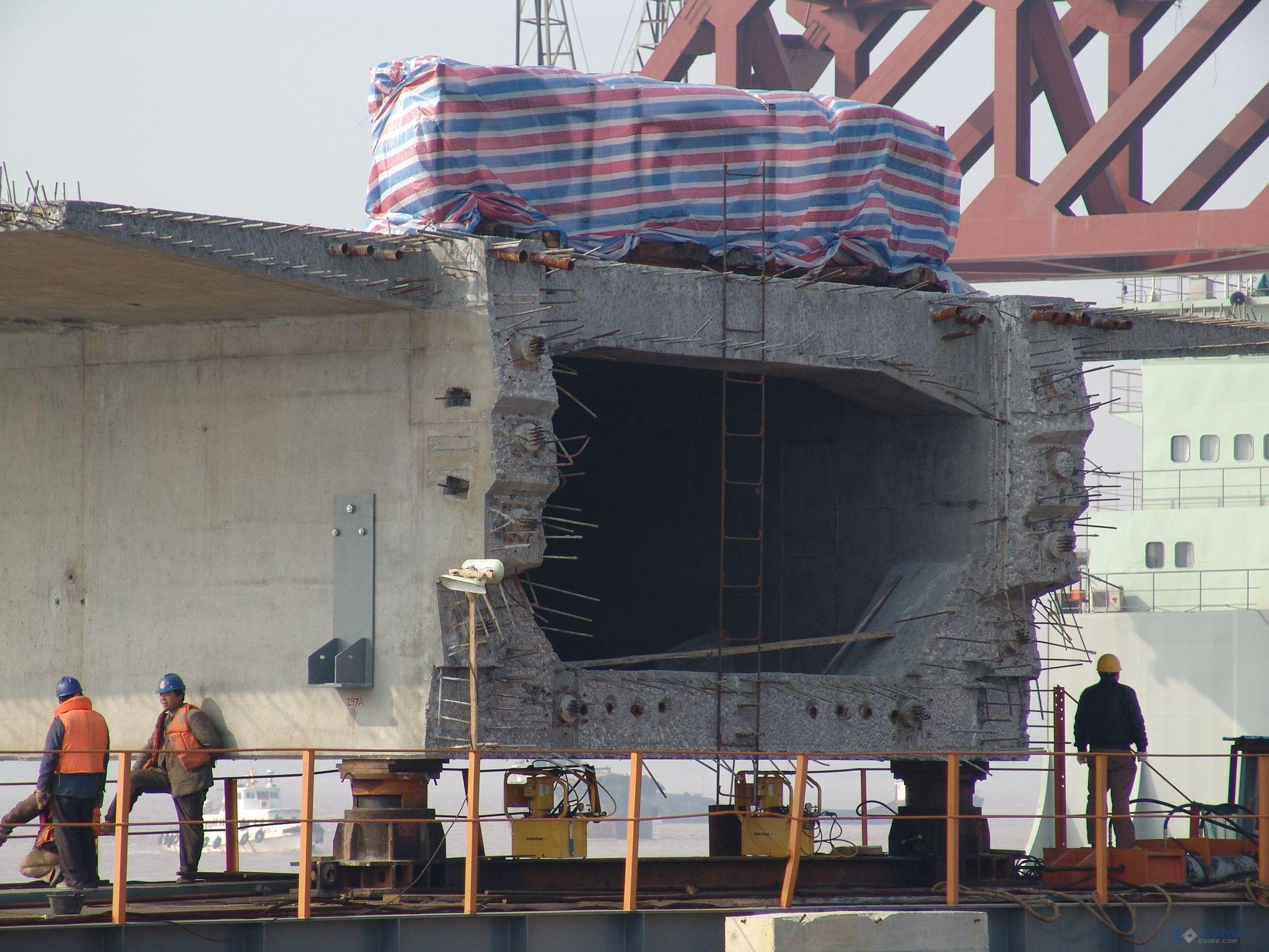上海洋山东海大桥施工现场,主要是海上作业及箱梁制作