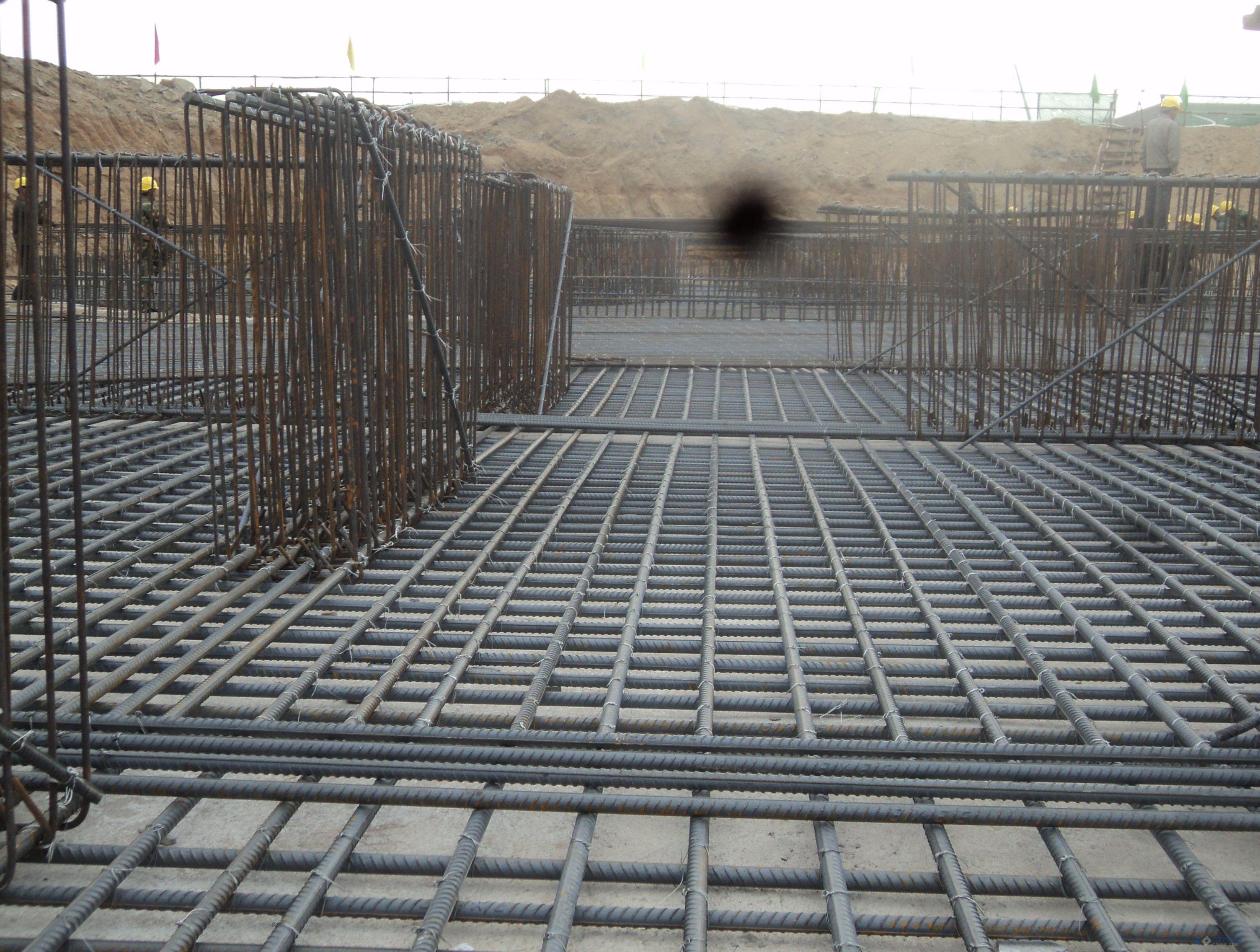 筏板基础底板钢筋与gl梁下层钢筋的问题