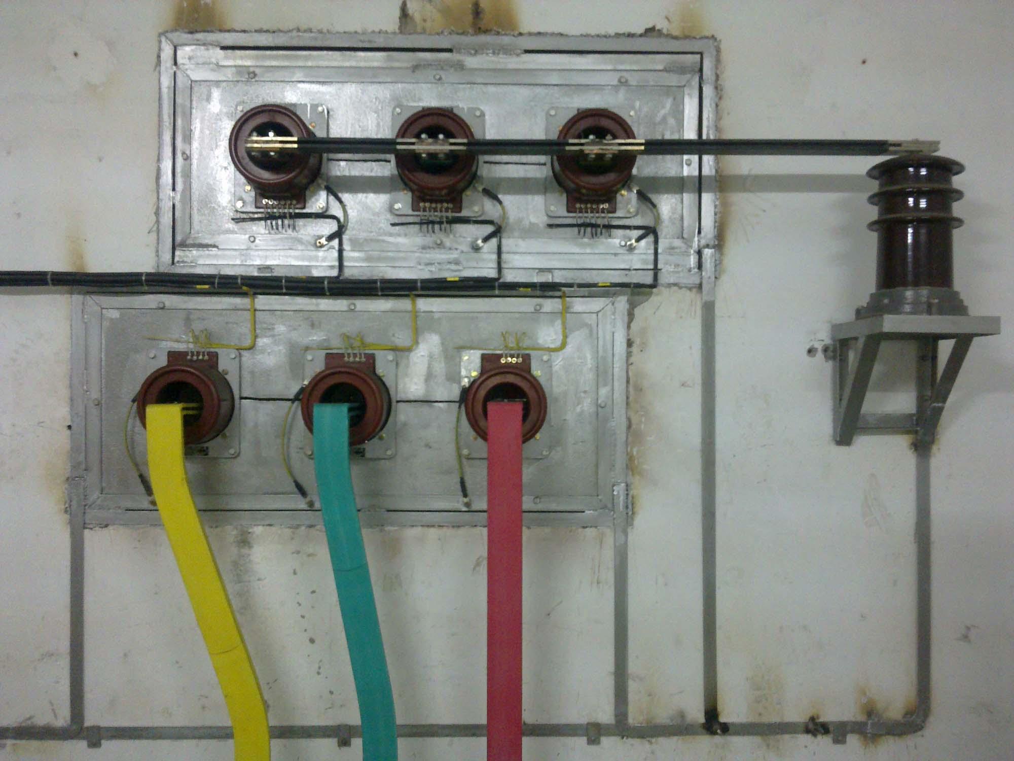 出口有穿心式电流互感器