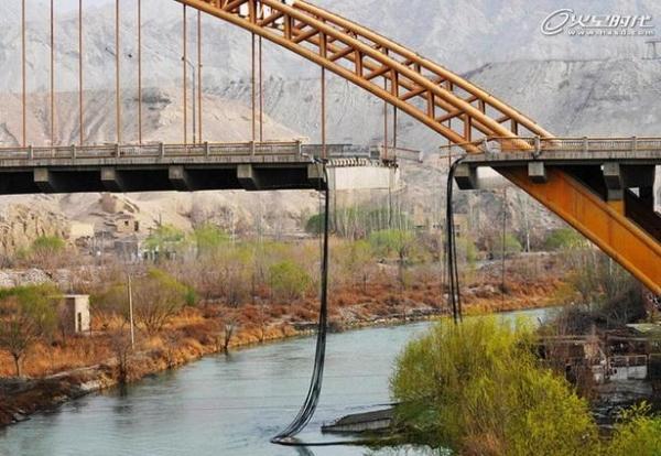 新疆库尔勒孔雀河大桥.jpg