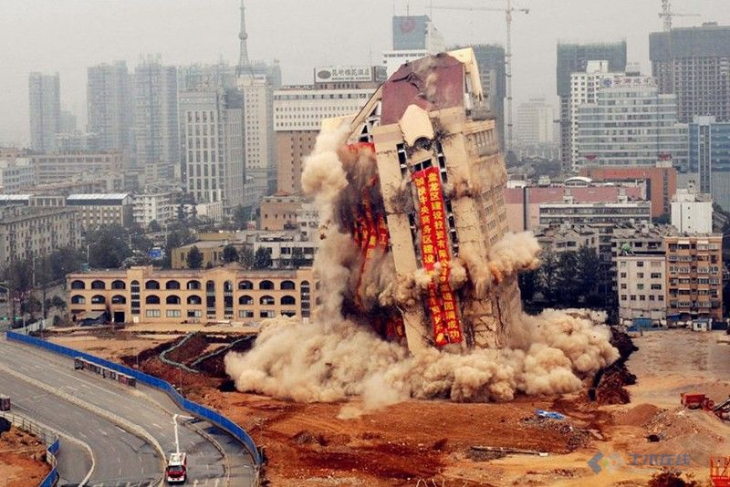 转 昆明市政大楼爆破照片 转自飞信空间网页