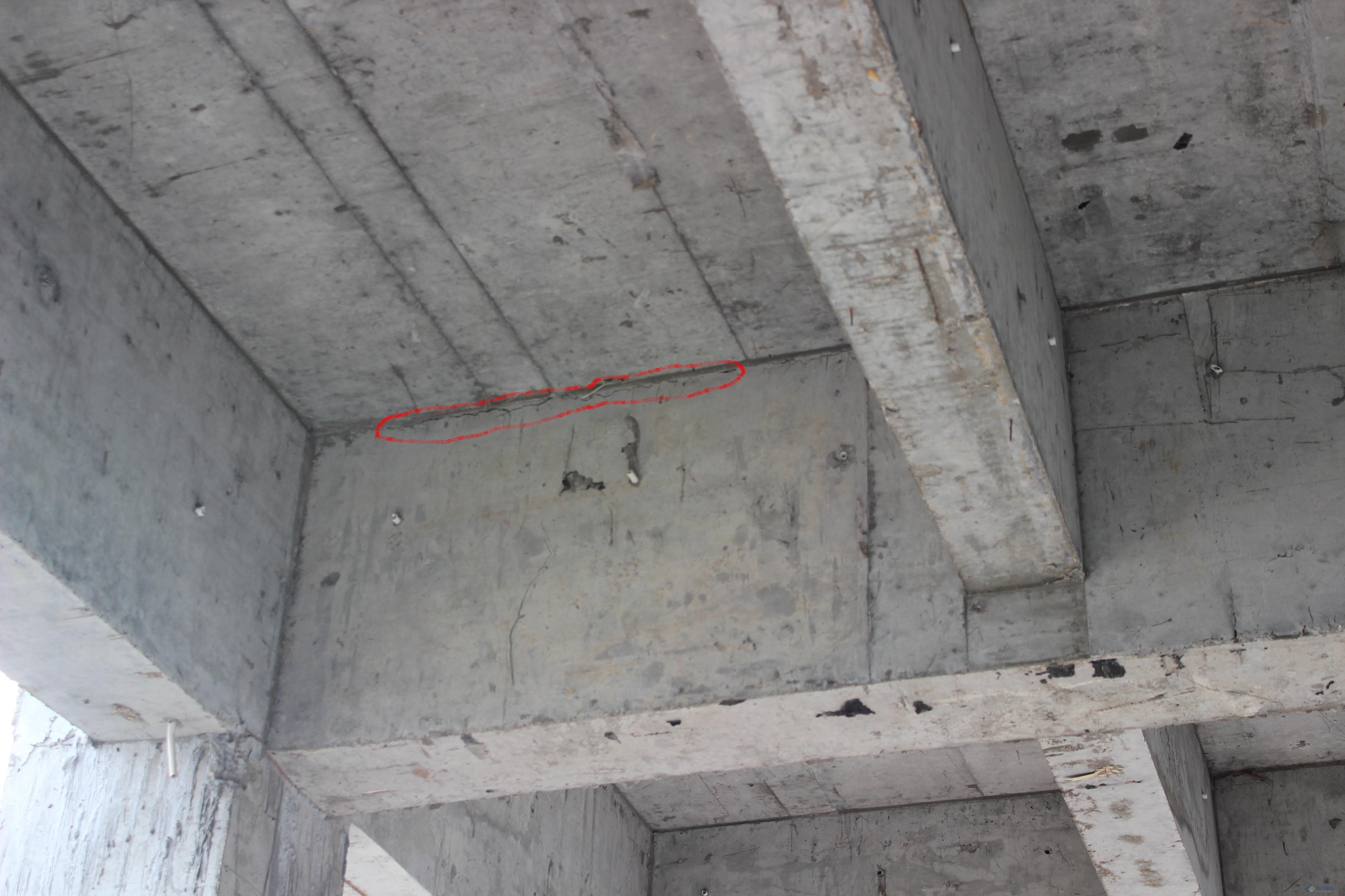 现浇混凝土结构梁板交接处出现裂缝是怎么回事 混凝土时9月浇注的 混凝土梁板的强度C30的 自半混凝土 长26米 宽15米 三跨 井字梁 两个8米跨一个10米跨 8根KZ 第一个8米跨与第二个8米跨 第二个8米跨与10米跨交接的4根KZ出现裂缝沿短向(15米)出现? 其他梁未出现裂缝 [