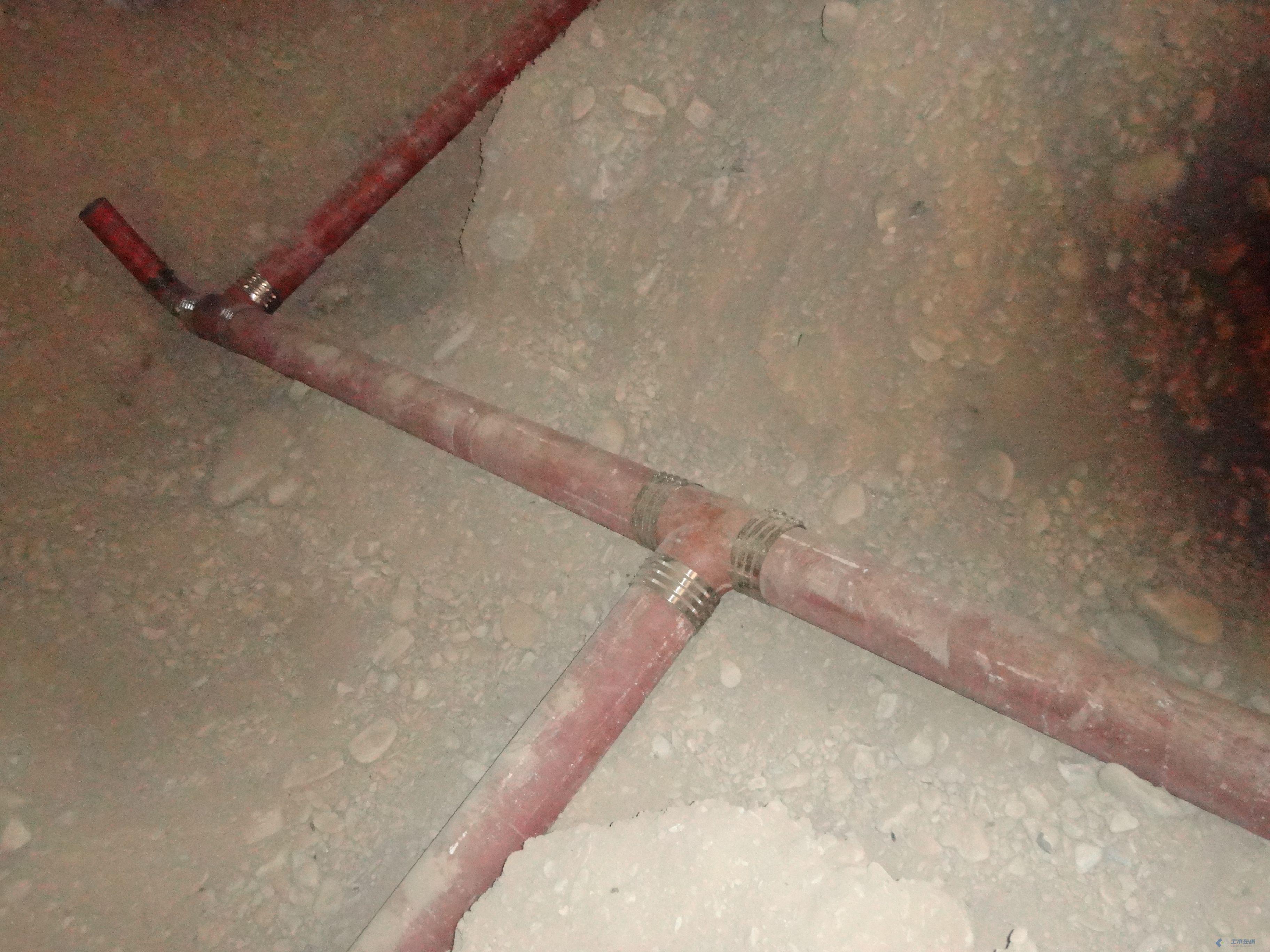 请点评 地下室铸铁排水管安装现场