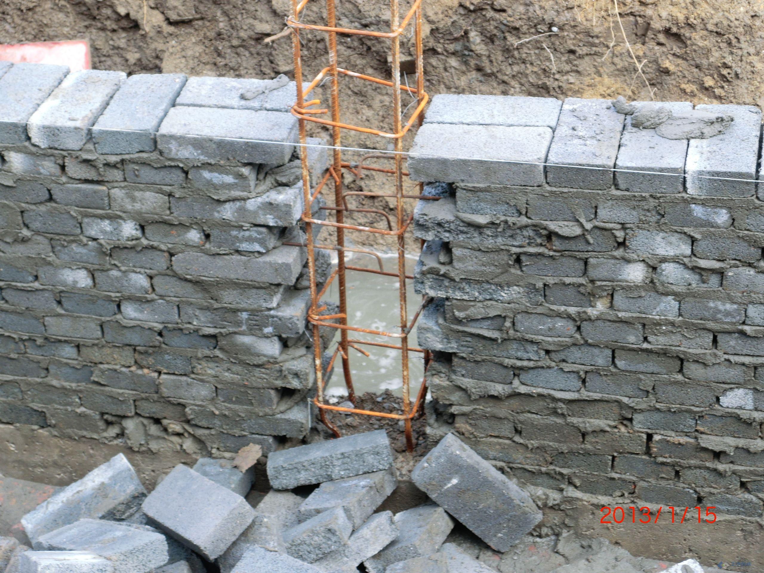 在农村看到建造的砖混结构房屋中,在构造柱处也是这样一凸一凹砌筑